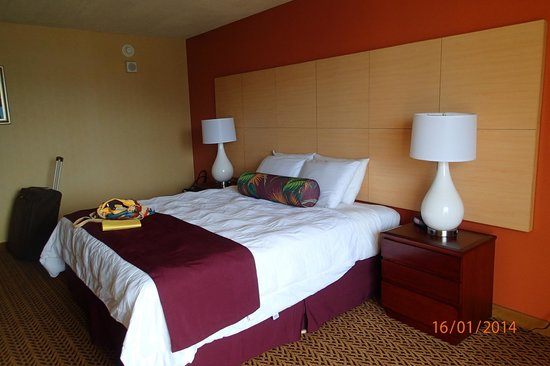 Castle Hilo Hawaiian Hotel: Our Room, King Size comfortable bed
