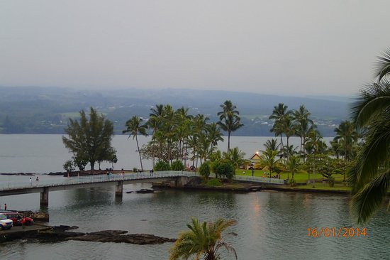 Castle Hilo Hawaiian Hotel: View from our balcony in the afternoon