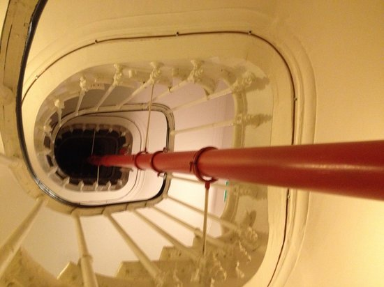 Hotel Le 20 Prieure: Staircase - great way to bring and old building up to code!