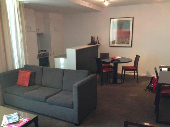 Adina Apartment Hotel Melbourne Northbank: Lounge, kitchen/dining area