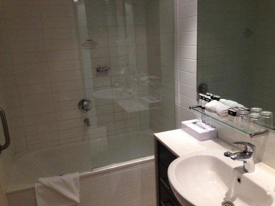 Adina Apartment Hotel Melbourne Northbank: Ensuite of bedroom
