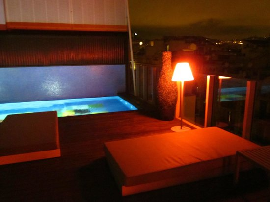 Axel Hotel Barcelona & Urban Spa: night view of pool and bar on roof