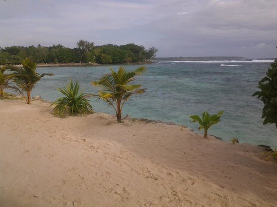 Surfside Vanuatu: the beach (on a cloudy day)
