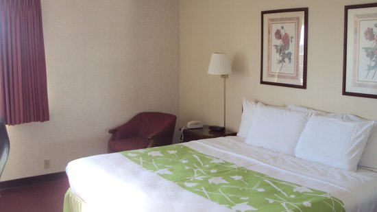 Americas Best Value Inn / Warrenton: Deluxe King Bed