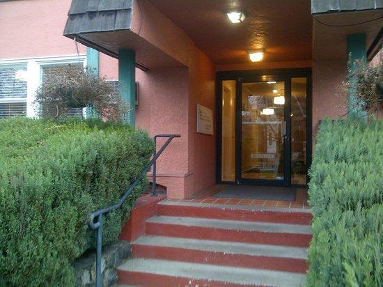 Helm's Inn: Lobby entrance