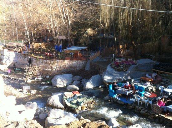Easy Take Transport: Vallée de l'ourika - resto au bord de l'oued