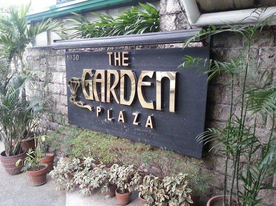 Garden Plaza Hotel: The entrance seen from the street