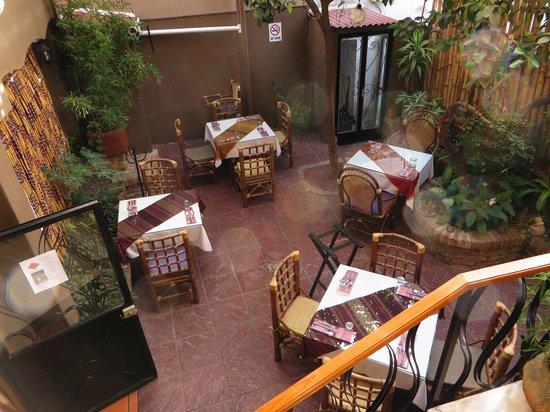 Simply Thai: Las mesitas del patio cubierto.