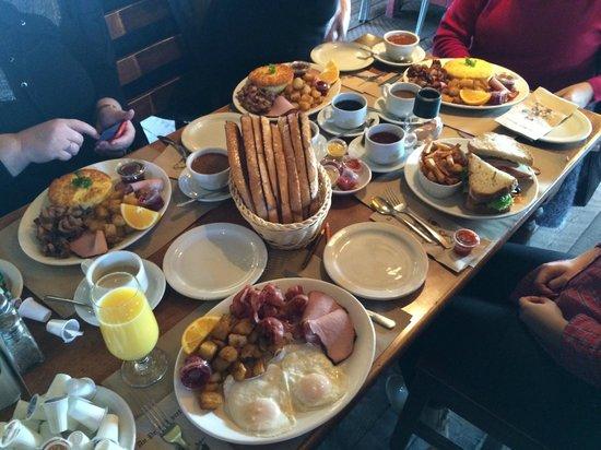 Rotisserie Au Petit Poucet : Table au complet