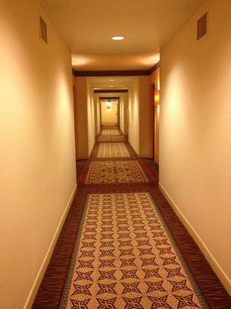 Loews Royal Pacific Resort at Universal Orlando: Hallways to rooms