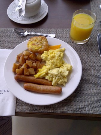 Esterel Resort: hot buffet breakfast - yum!