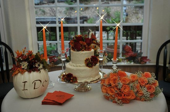 McCaffrey House Bed and Breakfast Inn: Beautiful wedding flowers and to die for cake! Thank you Stephanie!