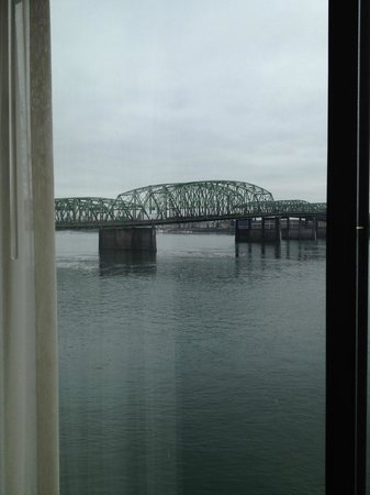 Red Lion Hotel Vancouver at the Quay: View of Interstate Bridge from Suite 201