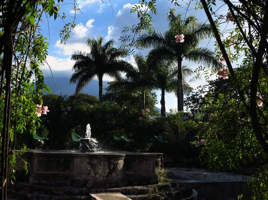 Hotel Museo Spa Casa Santo Domingo: Strolling the grounds to the west