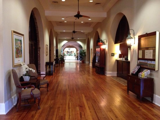 Embassy Suites by Hilton Charleston - Historic Charleston: Lobby and inside courtyard