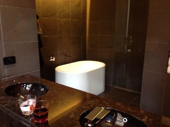 QT Sydney: bathroom