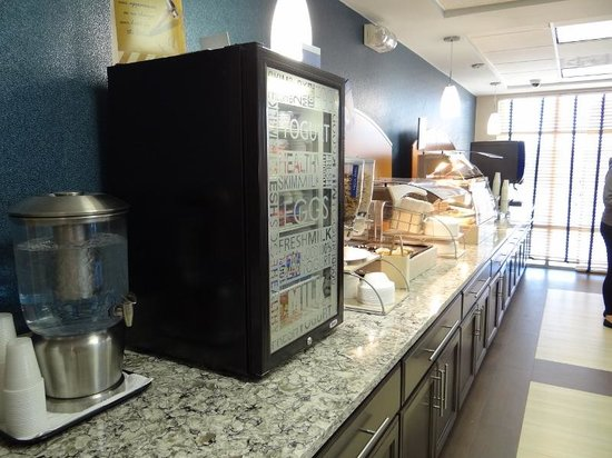 Holiday Inn Express Hotel & Suites San Antonio Rivercenter Area: breakfast set up