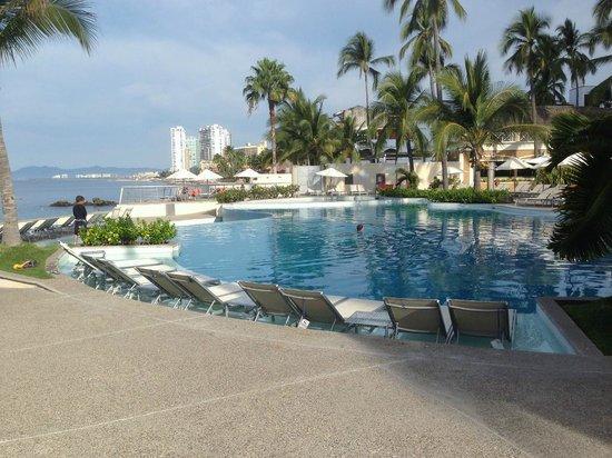 Sunset Plaza Beach Resort & Spa: pool side view