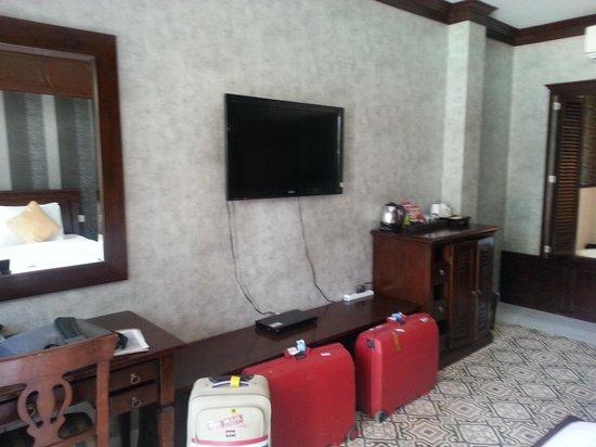 Rayaburi Resort (Racha Island): Tv, minibar, place for suitcases, dvd