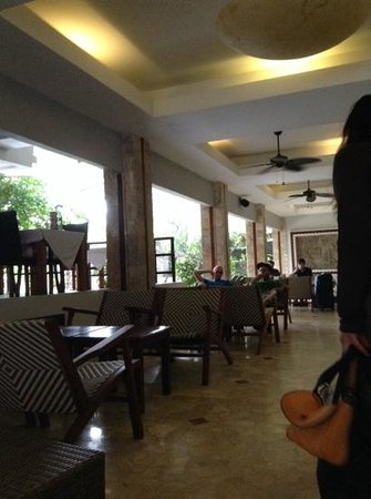 Maharani Beach Hotel: lobby and sandbar