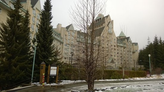 Fairmont Chateau Whistler Resort: Chateau from the slope