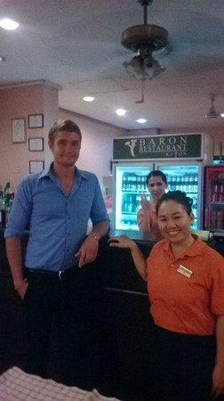 Baron Restaurant Karon: менеджер ресторана Виталис и офицыантка Ray Choemram