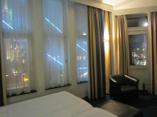Swissotel Amsterdam: Night view of square