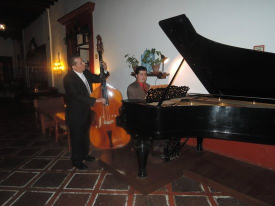 Restaurante Antiguo San Angel Inn : Entertainment in the Court yard
