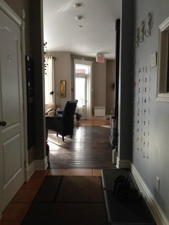 Auberge Le Voyageur: Entry to common living room/dining room