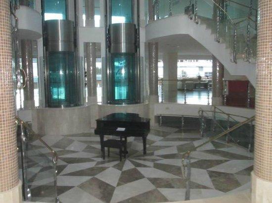 Hotel Granada Palace: Un piano en el centro