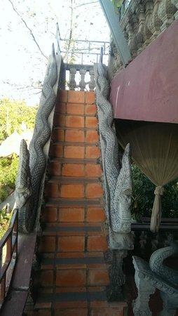 Angkor Spirit Palace: Снова перила со змеями