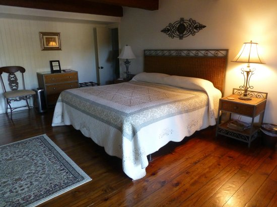Jefferson House Bed and Breakfast: Bedroom - beams & nice floor boards