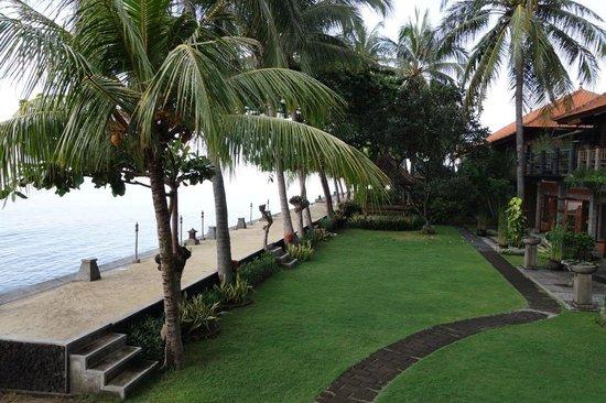 Nugraha Lovina Bay Resort Hotel : Jalan setapak milik hotel yang langsung berbatasan dengan laut
