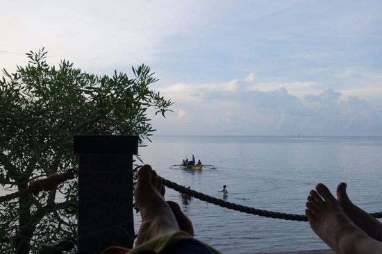 Nugraha Lovina Seaview Resort: Bersantai di bale-bale sambil melihat laut lepas