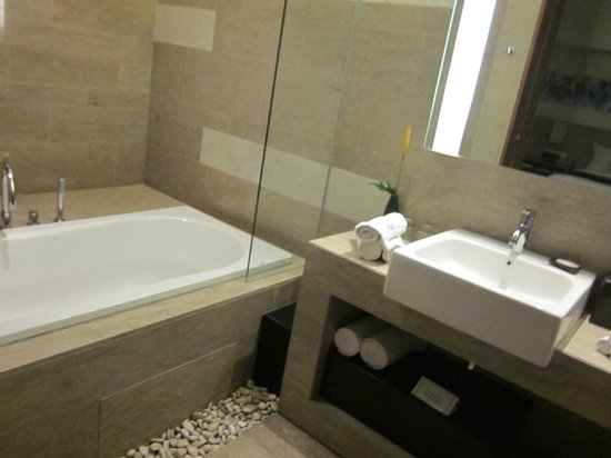 Courtyard Bali Nusa Dua Resort: Bathroom