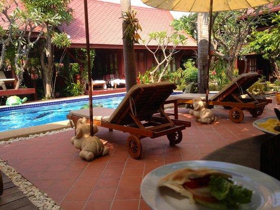 Ruenkanok Thai House: Внутренний двор отеля
