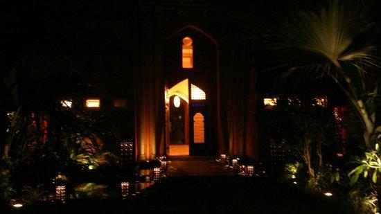 La Palmeraie Hotel : Magique l'entrée de nuit