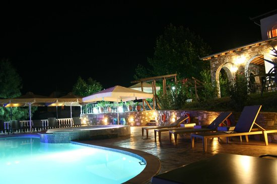Hotel Zeus: The pool at night