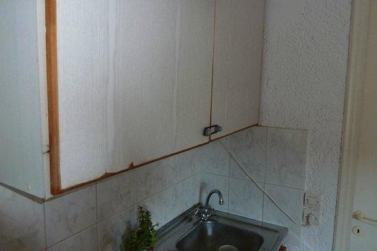Paul-Eva Apartments: la cuisine, les portes du placard tiennent avec 1 élastique à cheveux