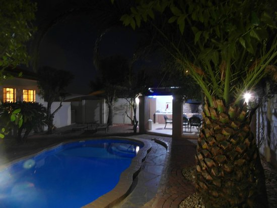 Caotinha Guest Cottage: Heated Swimming Pool