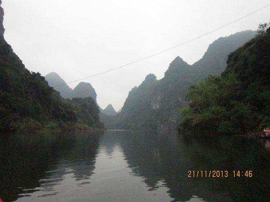 Trang An Grottoes: Looks like Ha Long Bay
