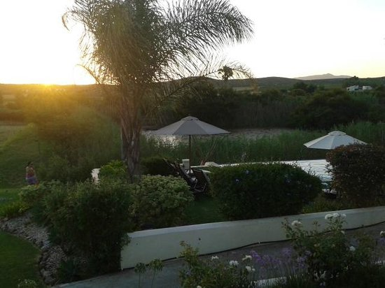 Rosendal Winery & Wellness Retreat: Looking out over the pool area at sunset from our room