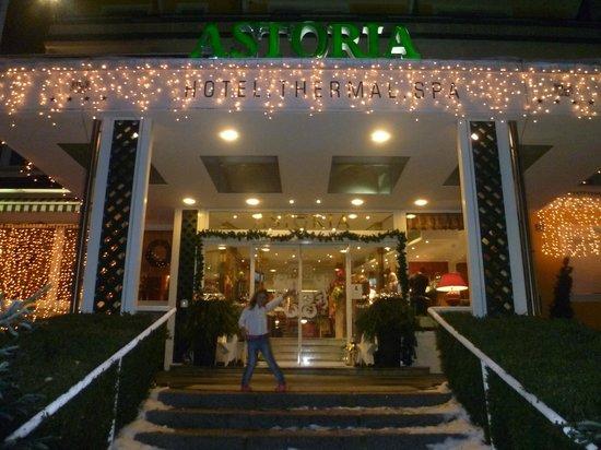 Hotel Astoria : Eingang und meine Tochter ;-)