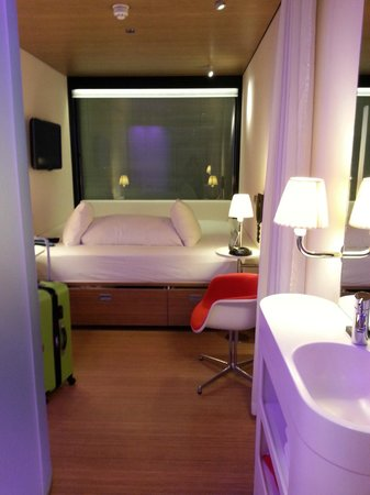 citizenM Glasgow : View into the room. The wall-to-wall bed was sooo comfy