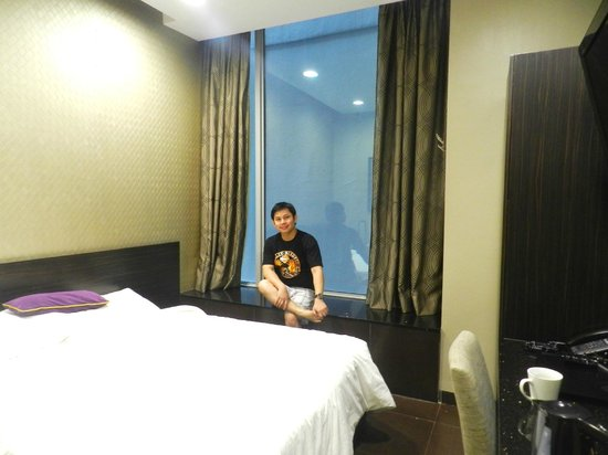 V Hotel Lavender: The Small Room with the view is wall