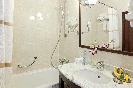 Moscow Marriott Tverskaya Hotel: Bathroom at Deluxe room