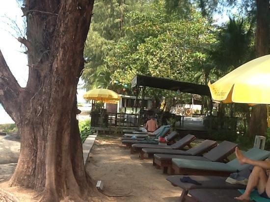 Khaolak Wanaburee Resort: bbeach lounge chairs
