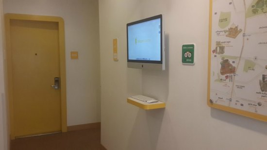 bloomrooms @ Link Rd: The Mac at reception