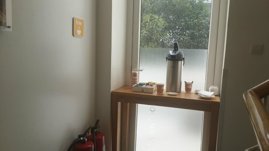 bloomrooms @ Link Rd: Tea and Coffee corner, at the corridor served only in morning :(