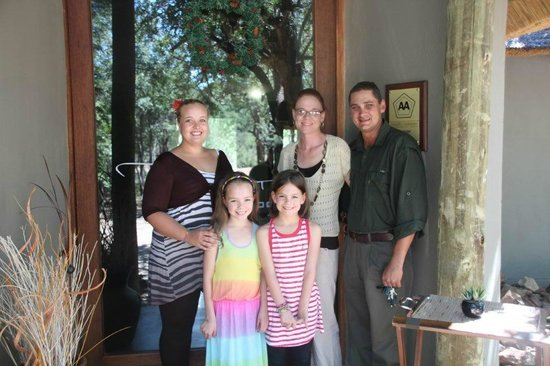 Tambuti Lodge: The friendly team at Tamubuti with our girls
